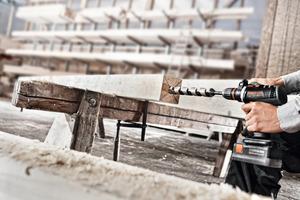 Bohren in Hirnholz mit dem neuen QuaDrive PDC Akku-Schlagbohrschrauber von Protool<br />Fotos: Protool<br /><br />