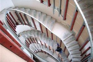 Am elliptischen Treppenlauf aus Stahlbeton war eine aufgehende Stahl-Unterkonstruktion montiert. An ihr befestigten die Trockenbauer in einem ersten Schritt das Ständerwerk aus verzinkten CW- und UW-Profilen für die Brüstungsbeplankung<br />