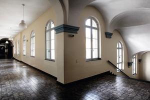Die hohen Fenster mit Sprossen und Rundbogen prägen den Raumeindruck im Schulgebäude<br />