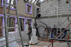 Aufmauern der Innenschale aus Porenbetonsteinen<br />
