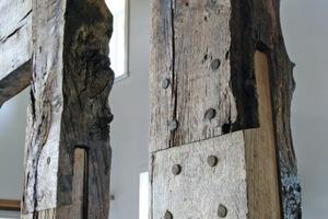 Detail der Fachwerksanierung: Die Ständer hatte man in früheren Jahren nach unten abgeschnittenen. Hier musste neues Holz angeschuht werden Foto: Marvin Klostermeier