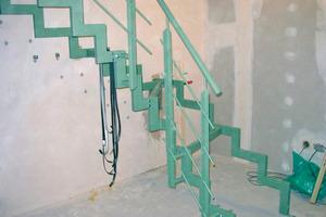 Beim Einputzen der Auflager muss der Handwerker beachten, dass der Mörtel nicht die Trennschicht zusammenpresst oder einen Kontakt zum Auflager herstellt
