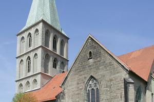 Pauluskirche Hamm: Westturm beschichtet mit Siliconharz-Lasur auf Anröchter Dolomit und Soester Grünsandstein