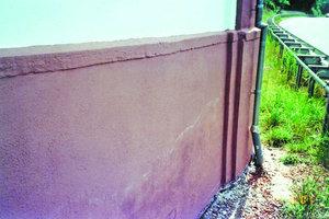 Ein Feuchteregulierungsputz knapp ein Jahr nach Ausführung der Putzarbeiten: Deutlich zeigen sich feuchte Flecken und Salzränder an der Putzoberfläche