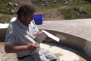 Unebenheiten im bestehenden Betonuntergrund glichen die Handwerker mit Triflex Cryl Spachtel aus