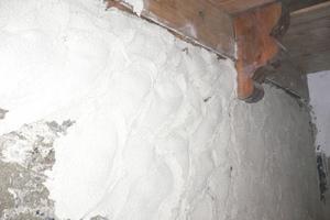 Die Putzfläche sollte nicht glatt sondern unruhig wie das Mauerwerk erscheinen