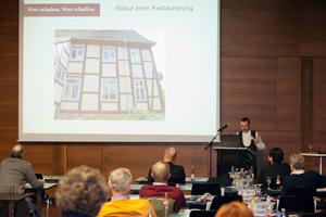 Guido Kramp, Präsident des Verbandes Restaurator im Handwerk, bei einem Vortrag im Rahmen des bauhandwerk-Fachforums Ende 2012 in Hamburg