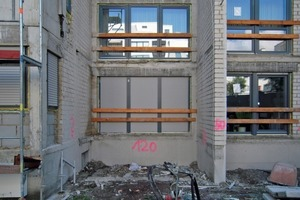 Nach dem Herausschneiden der Balkone wurden die Fenstertüren provisorisch mit Bohlen gesichert<br />