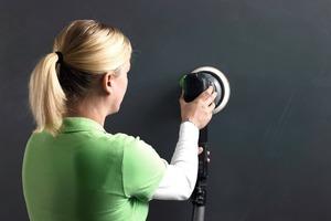 Bevor Whiteboard-Finish-Aqua aufgetragen werden kann, wird die letzte Magnetfarbschicht angeschliffen<br />