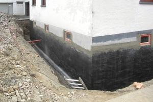 Untergrundvorbehandlung durch Auftrag von Dichtspachtel plus Kratzspachtelung mit Multi-Baudicht 2K<br />Fotos: Remmers
