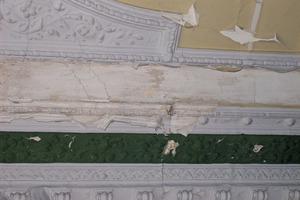 Statische Risse, mechanische Beschädigungen, Flecken, Verschmutzungen – die Sanierung historischer Stuckdecken bietet vielfältige und anspruchsvolle Aufgaben. Die Fotos zeigen Beispiele aus Leipziger Sanierungsobjekten  Fotos(7): Stuck-Lowe