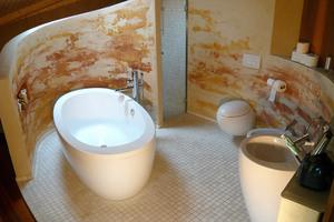 Vorgabe der Architektin für die Lehmputze im Bad war ein fleckiges Erscheinungsbild, in dem verschiedene Töne gemischt sind