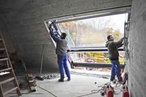 Einbau der großformatigen Dachfenster
