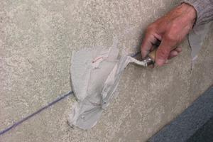 Unmittelbar vor dem Verkleben der Dämmplatten werden auf die Klebeanker mit der Kelle Klebepunkte aufgebracht<br />