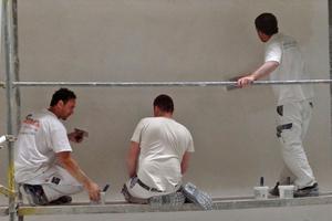 """Für die Fassade verwendeten die Gipser eine mehrschichtige Kalkspachteltechnik, im Italienischen """"Spatolato a calce"""" genannt<span class=""""bildnachweis"""">Fotos: Haack + Höpfner Architekten</span>"""