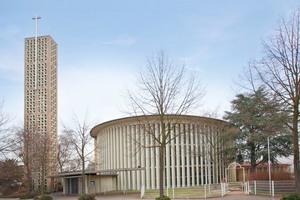 Die Mitte der 1950er Jahre nach Plänen des Mainzer Architekten Hugo Becker erbaute St. Michaelkirche in Viernheim
