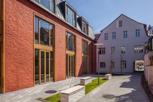 Das Erweiterungsgebäude der Bamberger Otto-Friedrich-Universität wird vom rot geschlämmten Klinkermauerwerk mit seiner lebendigen Oberflächenstruktur geprägt<br />Foto: Gima