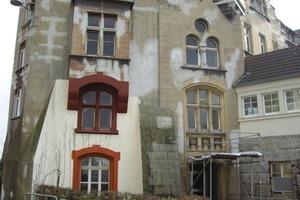 Die Sanierung der stark in Mitleidenschaft gezogenen Fassade (links) war von besonderem denkmalpflegerischen Interesse<br />