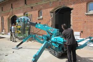 Zum Einbau der bis zu 460 kg schweren Fensterscheiben setzten die Mitarbeiter der Schreinerei Fiegenbaum einen Kran ein<br />