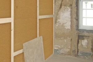 Rechts: Eine der neuen Holzständerwände während des Aufbaus. Die Holzfaserdämmung zwischen den Ständern stellt zusammen mit der Beplankung aus OSB- und Gipsfaserplatten den Schallschutz sicher<br />