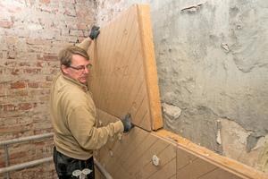 """Auf der Innenseite der Backsteinaußenmauern befestigten die Handwerker ein Innendämmsystem aus Holzfaserplatten<span class=""""bildnachweis"""">Fotos: Unger Diffutherm</span>"""