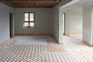 Im Erdgeschoss verlegten die Handwerker unter dem Estrich die Leitungen für die Fußbodenheizung