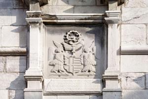 Im barocken Giebel der Tordurchfahrt findet sich ein Reliefbild des heiligen Jonas