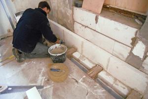 Die Innendämmung der Außenwand führten die Handwerker im Treppenhaus mit Mineralplatten von oben nach unten aus