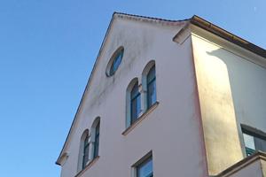 Vorher: Algen- und Sporenbildung haben den Fassaden im Arbeitervillen-Stil in der Gartenstadt Siebethsburg zugesetzt