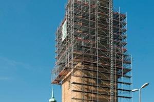 Für die Sanierung am 72 m hohen Glockenturm der Ludwigsburger Friedenskirche kam ein flexibles Allroundgerüst für unregelmäßige Bauformen zum Einsatz<br />
