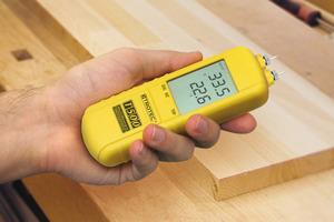 Das Messgerät Trotec T500 bestimmt die Holzfeuchte nach dem Widerstandsprinzip. Mit ihm lassen sich ein Feuchtemengen im Bereich von 5 bis 50 M-% sehr genau bestimmen