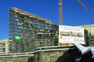 Eine kreative Gerüstkonstruktion aus dem Bosta-Rahmengerüst umgibt die keilförmige Stahlkonstruktion am Militärhistorischen Museum der Bundeswehr in Dresden<br />
