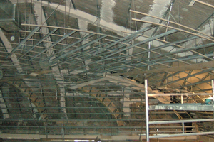 Die Basis für die Unterkonstruktion der Schuppendecke bildeten an die Rohdecke befestigte Weitspannträger<br />Foto: Saint-Gobain Rigips