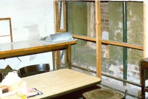 Daneben: Der geöffnete Hohlraum hinter der Trockenbauverkleidung – ein perfektes Rattenversteck<br />