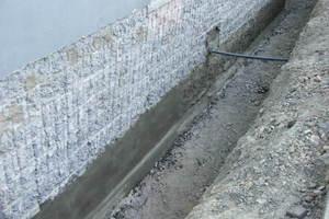 Links: Nach dem Entfernen des Altputzes wird der Bodenplattenüberstand mit Dichtspachtel neu aufgebaut