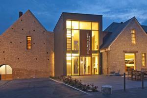 Wirtschaftsgebäude und Scheune des ehemaligen Klosters werden über einen modernen, verglasten Zwischenbau miteinander verbunden Fotos: Rüdiger Mosler