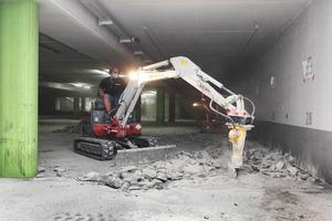 """Aufbruch der Betondecke: Chloridkorrosion und Carbonatisierung machten es erforderlich, den Boden bis zur Bewehrung freizulegen und Schicht für Schicht wieder neu aufzubauen.<br /><span class=""""bildnachweis"""">Fotos: Harald Reusmann/Disbon</span>"""