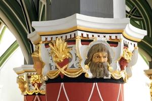 Die Ornamente auf den Kapitellen wurden teilweise vergoldet und zeigen Personen, die damals mit dem Haus in Bezug standen<br />Foto: Caparol / Udo Stieglitz
