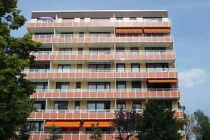 Rechts: Die Balkone dieses Ratinger Hochhauses wurden mit Flüssigkunststoff saniert