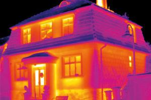 Sockel und Heizkörpernischen weisen schlechte Dämmung auf.Reflexion des kalten Himmels auf Dachvorsprung