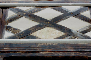 """Bei den Vorarbeiten wurden """"Fünferkreuz-Gefache"""" freigelegt, die vorher überputzt waren. Diese Fachwerkfigur verrät die Entsteh-ungszeit zwischen 1790 und 1810"""