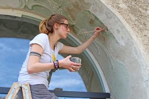 Retusche der historischen Malerei an den Fassaden