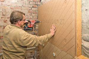 Die Platten befestigten die Handwerker mit jeweils acht Dübeln und Schrauben