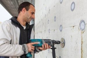 An der Fassade befestigten die Handwerker zwei Lagen MineralwolledämmplattenFotos (2): Knauf / Bernd Gallandi