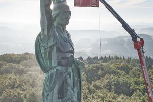 Dank der Hubsteiger konnte die Metallskulptur des Hermanns bis in einer Höhe von rund 50 m gereinigt werden Fotos: Kärcher