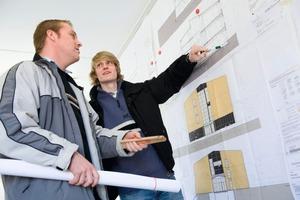 Führungskräfte für die Baustelle werden dringend gesucht. In Frage kommen für ein entsprechendes Studium zum Beispiel an der FH Osnabrück alle kaufmänischen und handwerklichen Berufe wie Bauzeichner, Dachdecker, Zimmerleute usw..