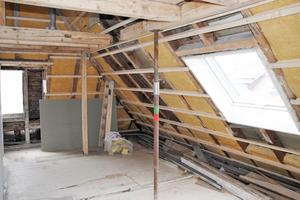 Oben: Für den Einbau der neuen und vor allem breiteren Klapp-Schwing-Fenster entfernten die Handwerker Teilstücke der Sparren und setzten horizontale Wechsel ein