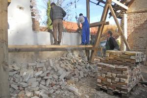 Rechts: Die durch neue Öffnungen im Mauerwerk gewonnenen Ziegel wurden wiederverwendet