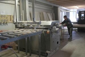 Das Fräsen von V-Nuten in Gipskartonplatten und das anschließende Verkleben zu Abkastungen an der stationären Maschine in der Werkstatt in Diemelstadt