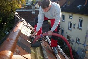 Meiers Leute transportieren die zerkleinerten Fasern in wasserdichten, mehrmals wiederverwendbaren Plastik-Pfandsäcken auf die Baustelle, stopfen oder blasen sie in Dächer, Innen- und Außenfassaden<br />Fotos: NeptuTherm